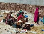 اسلام آباد: وفاقی دارالحکومت میں خانہ بدوش بچے فروٹ والی خالی پیٹیاں ..