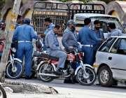 راولپنڈی: مری روڈ اور لیاقت رو ڈ کی بے ہنگم ٹریفک کی پرواہ کئے بغیر ٹریفک ..