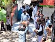 مری: بابا لال شاہ کے مزار پر ایک ملنگ دھمال ڈال رہا ہے۔