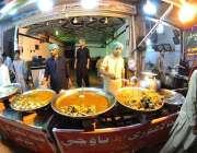 راولپنڈی: باورچی ایک ہوٹل پر سحری کے اوقات میں کھانے پینے کی اشیاء تیار ..