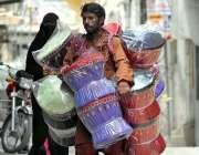 راولپنڈی: محنت کش پھیر لگا کر موڑھے فروخت کر رہا ہے۔