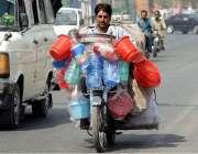 راولپنڈی: محنت کش گھریلو استعمال کی اشیاء موٹر سائیکل پر رکھے فروخت ..
