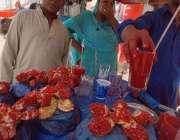 راولپنڈی: دکاندار گاہکوں کو متوجہ کرنے کے لیے انار کا جوس فروخت کر رہا ..