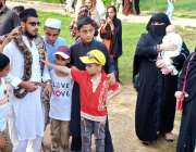 راولپنڈی: ایک نوجوان نے اپنے کندھوں پو سانپ لٹکا رکھا سے جبکہ خواتین ..