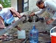 اسلام آباد: وفاقی دارالحکومت میں شہری پینے کے لیے صاف پانی بوتلوں میں ..