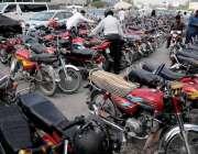 راولپنڈی: کچہری چوک میں نو پارکنگ ایریا میں کھڑی گاڑیاں و موٹر سائیکل ..