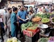 لاہور: چیئرمین پرائس کنٹرول کمیٹی میاں عثمان باغبانپورہ کی اوپن مارکیٹوں ..