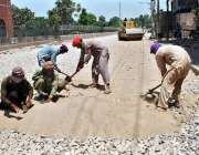 ملتان: مزدور سڑک کے تعمیراتی کام میں مصروف ہیں۔