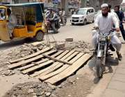 راولپنڈی: کمیٹی چوک میں کھلا مین ہول جس کے اورپ لکڑی کے پھٹے رکھے گئے ..
