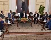 کراچی: گورنر سندھ محمد زبیر سے گورنر ہاؤس میں معروف صنعت کار مرزا اشیاق ..