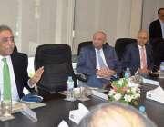 کراچی: گورنر سندھ محمد زبیر معروف صنعت کار عارف حبیب کی جانب سے دیئے ..