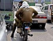راولپنڈی: ٹریفک پولیس کی نا اہلی، پنجاب پولیس اہلکار بغیر ہیلمٹ اور ..