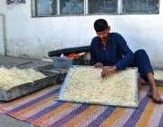 اسلام آباد: گرمی کے پیش نظر ایک مزدور ائیرکولر کی خسیں تیار کر رہا ہے۔