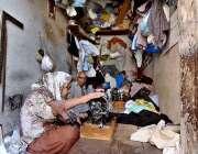 راولپنڈی: ایک معمر جوڑا گھر کی کفالت کرنے کے لیے کھڑوں کی سلائی کر رہا ..