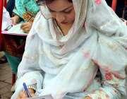 حیدر آباد: طلبا ء و طالبات ایل ایل بی پارٹ (1)کے انٹری ٹیسٹ کے دوران پرچہ ..