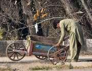 اسلام آباد: وفاقی دارالحکومت میں محنت کش ہتھ ریڑھی کو سڑک پر چڑھانے ..