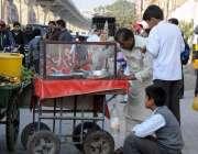 راولپنڈی: محکمہ فوڈ کی نااہلی، مری روڈ سکول کے باہر بچے مضر صحت اشیاء ..
