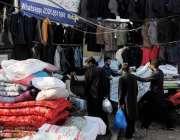 اسلام آباد: موسم سرد ہونے کے باعث شہری کھنہ پل سٹال سے جیکٹس خرید رہے ..
