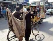 سرگودھا: خانہ بدوش بچے سائیکل پر کار آمد اشیاء تلاش کرنے کے لیے جا رہے ..