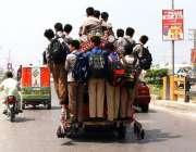 پشاور: بچے سکول سے چھٹی کے بعد سوزوکی پک اپ میں خطرناک انداز سے سفر کر ..