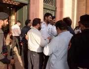 لاہور: پنجاب اسمبلی میں سیکیورٹی اہلکار صحافیوں کو اندر جانے سے روک ..