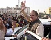 کراچی: مسلم لیگ ن کے صدر میاں نواز شریف دورہ کراچی کے موقع پر ہاتھ ہلا ..