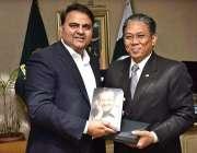 اسلام آباد: وفاقی وزیر اطلاعات و نشریات فواد حسین چوہدری کو ملائشین ..