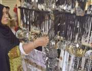 لاہور: ایک خاتون محرم الحرام کی مناسبت سے چیزیں خرید رہی ہے۔