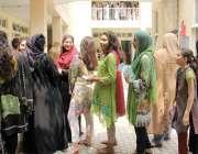 لاہور: عام انتخابات 2018  ڈیفنس میں ووٹ کاسٹ کرنے کے لیے آئی خواتین قطار ..