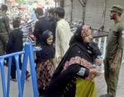 لاہور: ایک خاتون اپنے بچے کے ہمراہ8ویں محرم الحرام کے مرکزی جلوس میں ..