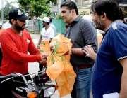 راولپنڈی: ڈپٹی کمشنر ڈاکٹر عمر جہانگیر کمرشل مارکیٹ راولپنڈی میں قربانی ..