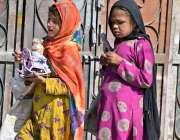 راولپنڈی: تعلیم اور کھیل کود سے محروم بچیاں ہاتھ میں کھلونہ اٹھائے ..
