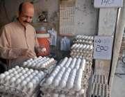 راولپنڈی: ایک دکاندار اپنی دکان پر انڈے فروخت کے لیے سجا رہا ہے۔