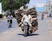 حیدر آباد: ایک موٹر سائیکل سوار سیمنٹ کے تورے رکھے جا رہا ہے۔