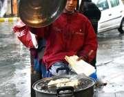 گلگت: ایک نوجوان سڑک کنارے کھانے پینے کی اشیاء فروخت کے لیے سٹال لگائے ..
