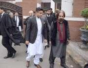 لاہور: وزیر اعظم کے معاون خصوصی زلفی بخاری سپریم کورٹ لاہور رجسٹری ..