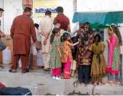 لاہور: شہری اور بچے واٹر فلٹریشن پلانٹ سے پینے کے لیے پانی بھر رہے ہیں۔