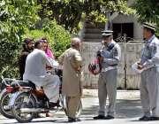 اسلام آباد: ٹریفک پولیس اہلکار ٹریفک قانون کی خلاف ورزی کرنے پر موٹرسائیکل ..