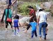 اسلام آباد: سیر و تفریح کے لیے آئی فیملی جھیل کراس کر رہی ہے۔