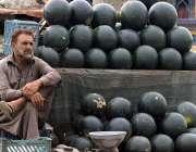 راولپنڈی: دکانداندا سڑک کنارے تربوز کا سٹال لگائے گاہکوں کا منتظر ہے۔