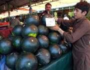 اسلام آباد: وفاقی دارالحکومت میں میں ریڑھی بان تربوز فروخت کررہا ہے۔