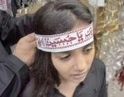 """لاہور:8ویں محرم الحرام کے مرکزی جلوس میں ایک بچی کے سر پر """"یاحسین"""" .."""