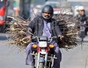 راولپنڈی: سوئی گیس کی لوڈ شیڈنگ کے باعث ایک موٹر سائیکل سوار چولہا جلانے ..
