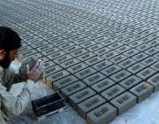 پشاور: مزدورں کے عالمی دن سے بے خبر ایک مزدور بھٹہ پر اینٹیں بنا رہا ..
