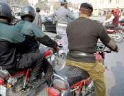 لاہور: موٹر سائیکل سوار ایلیٹ فورس کے اہلکاروں نے ہیلمٹ پہن رکھے ہیں ..