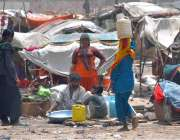 حیدر آباد: خانہ بدوش خواتین پینے کے لیے پانی بھرنے کے بعد واپس جار ہی ..
