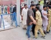 لاہور: پولیس اہلکار بیریئر اٹھائے حضرت علی (رض) کے یوم شہادت کے مرکزی ..