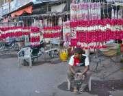 حیدر آباد: دکاندار پھولوں کی بنی چادریں اور ہار فروخت کے لیے سجائے بیٹھا ..