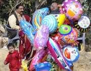 اسلام آباد: محنت کش گلی گلی گھوم کر بیلون فروخت کررہا ہے۔