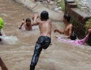 فیصل آباد: گرمی کی شدت کم کرنے کے لیے نوجوان بڑی تعداد میں نہر میں نہا ..